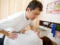 神戸市ライフポート整骨院産後の骨盤矯正施術風景